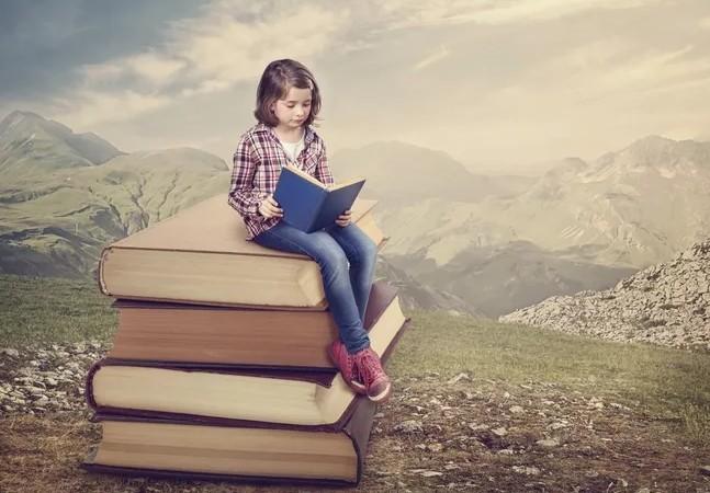 小学生正在看书.JPG